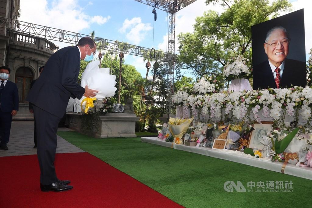 美國衛生部長艾薩(Alex Azar)(前左)9日率團訪台,12日上午前往台北賓館弔唁前總統李登輝,並獻花致意。中央社記者王騰毅攝 109年8月12日