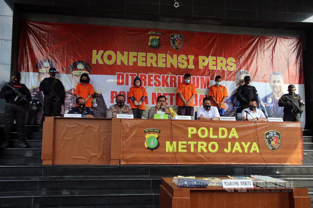 在印尼經商的許姓台商7月下旬遭殺害,大雅加達都會警察局12日召開記者會指出,已經抓到4名犯罪嫌疑人,還有5人仍在逃。中央社記者石秀娟雅加達攝 109年8月12日