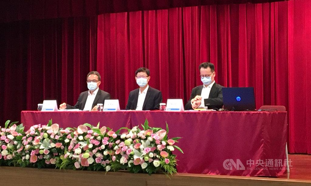 鴻海12日下午在土城總部舉行法人說明會,董事長劉揚偉(中)親自主持。中央社記者鍾榮峰攝 109年8月12日