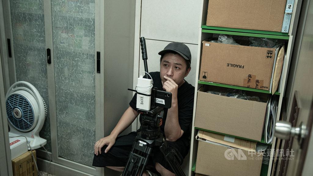 台灣新銳導演廖明毅在電影「怪胎」中擔任導演、攝影、編劇、剪接職位,一人當多人用,他受訪時表示,拍攝初衷是想寫出「愛情中有的人變了」的轉折,正好想到強迫症可以隱喻愛情的樣貌。(牽猴子整合行銷提供)中央社記者王心妤傳真 109年8月12日