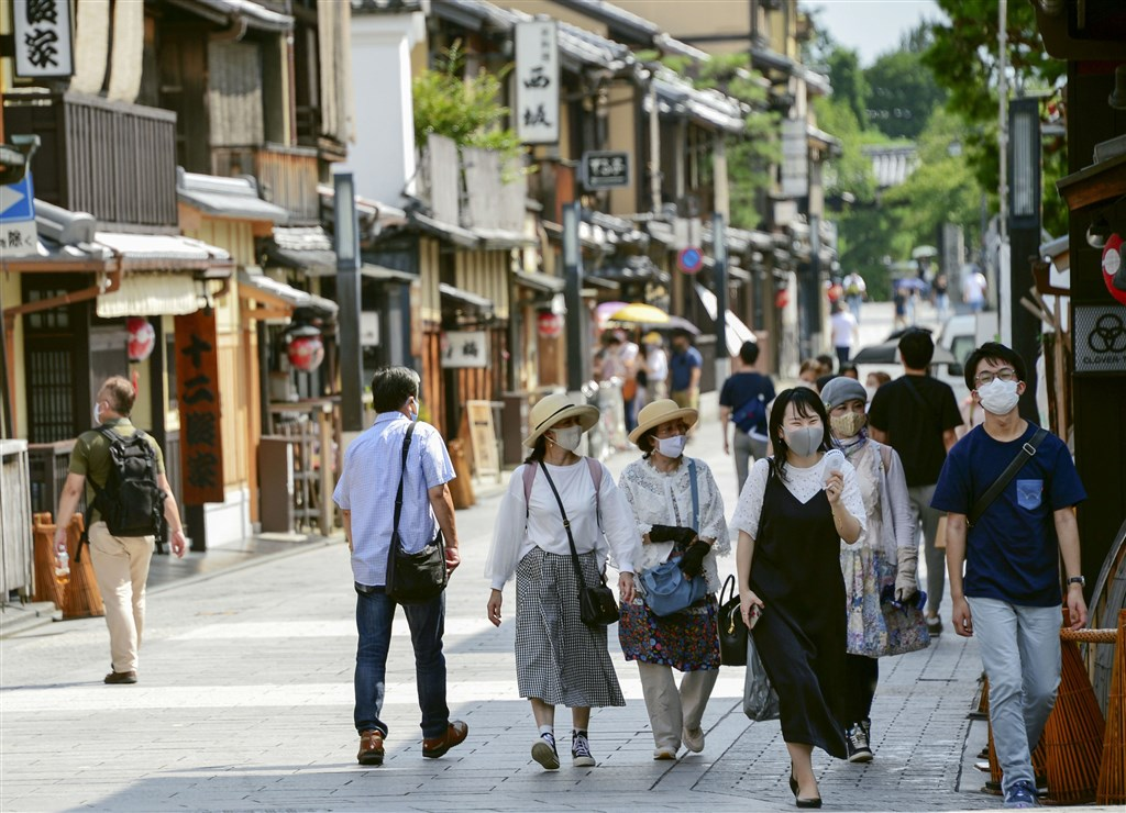 日本11日新增699例武漢肺炎確診,扣除鑽石公主號的染疫乘客,國內病例突破5萬大關,累積共5萬441例。圖為京都花見小路行人戴口罩防疫。(共同社)