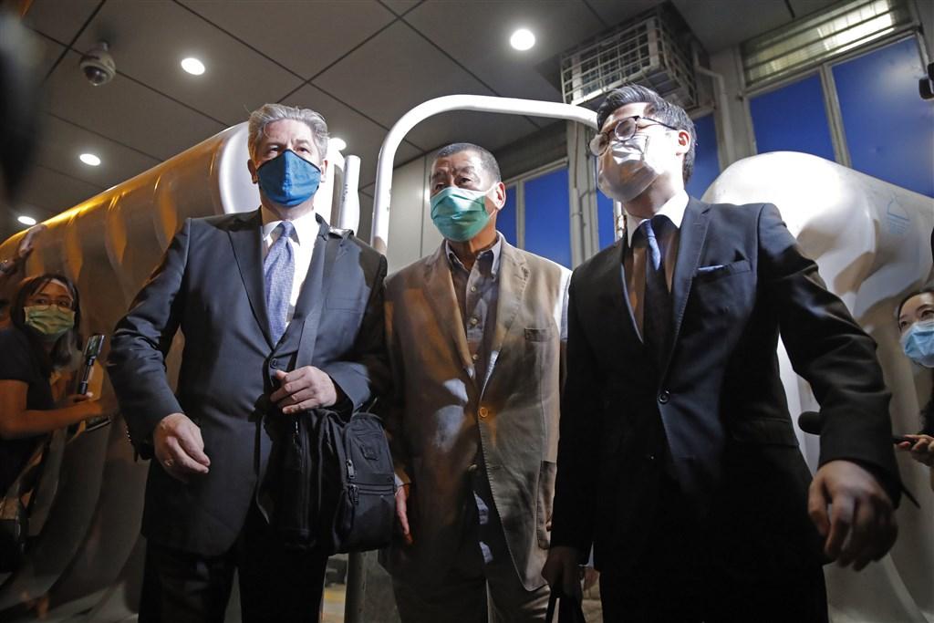 香港壹傳媒集團創辦人黎智英(中)因涉嫌違反港區維護國家安全法等罪名,10日被警方拘捕,12日凌晨獲釋。(美聯社)