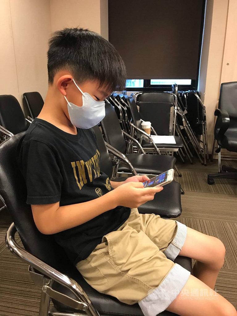 根據衛福部調查顯示,台灣近視年齡層逐年下降,醫師呼籲,愈早產生近視,將來演變成高度近視的機會也愈大,但因近視通常是不可逆的,及早預防才有機會控制近視度數。(書田診所提供)中央社記者張茗喧傳真 109年8月12日