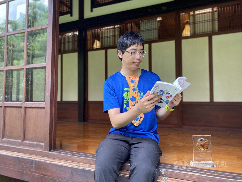 第28屆九歌現代少兒文學獎13日舉辦贈獎典禮,作家張英珉以小說「跆拳少女」獲得首獎,他表示這部小說直指人們都會面對到「何謂自我」的議題,他也認為這個故事已經能夠影視化。中央社 109年8月13日