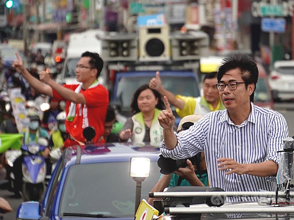 高雄市長補選進入最後倒數階段,民進黨籍候選人陳其邁(前右)13日在鳳山區展開車隊掃街,呼籲選民票投1號,全力相挺。中央社記者董俊志攝 109年8月13日