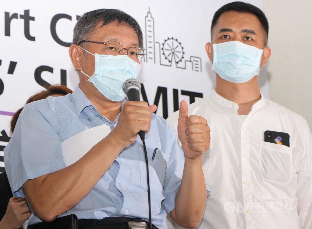 台北市長柯文哲(左)13日出席出席「2020智慧城市首長高峰會線上論壇記者會」,對於捷克代表團將訪台,他表示,中央地方應攜手合作,讓國外訪問團在一定程度上遵守台灣防疫標準。中央社實習記者賴昀岫攝 109年8月13日