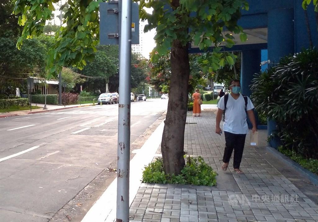 菲律賓大馬尼拉地區武漢肺炎疫情延燒,部分民眾出門時除了口罩,會再戴上防護面罩,降低感染風險。中央社記者陳妍君馬尼拉攝 109年8月10日