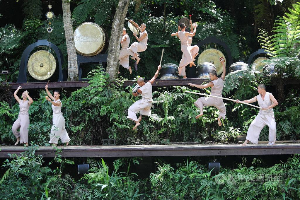 藝文團體「優人神鼓」的山上劇場,108年8月遭逢祝融之災,迄今已滿週年,優人神鼓13日特別推出山林儀式劇場「祭天」演出。中央社記者王騰毅攝 109年8月13日