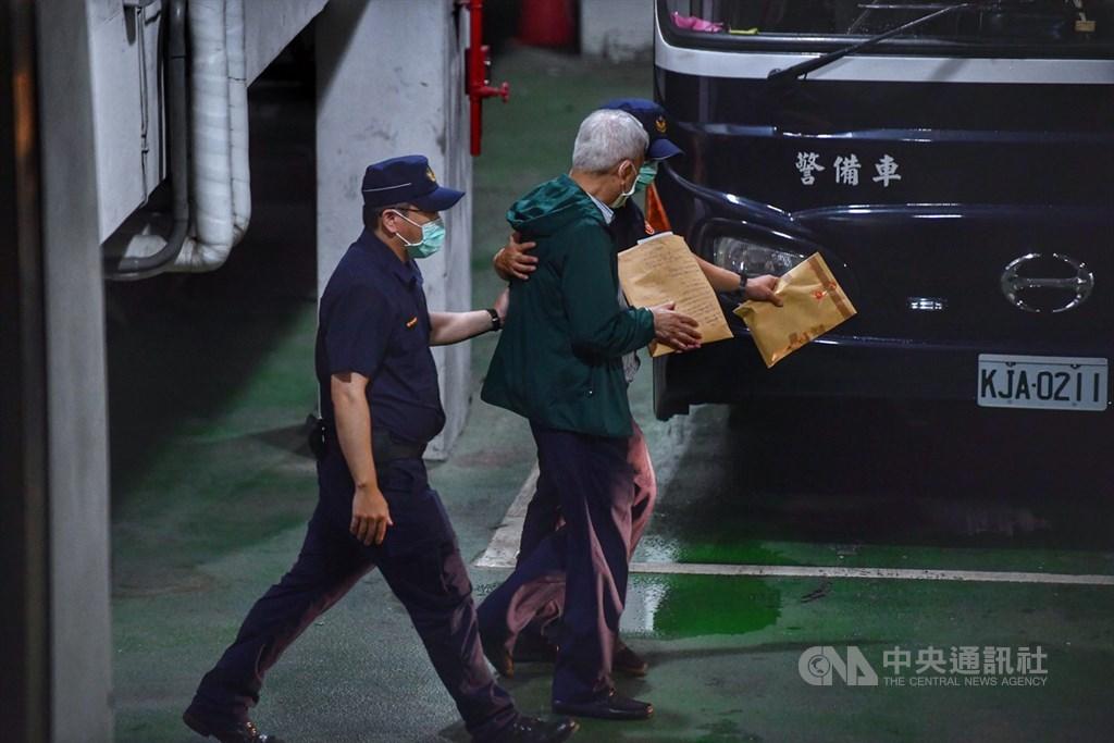 立委涉嫌收賄案,台北地方法院4日裁定被告李恆隆(綠衣者)羈押禁見,晚間李恆隆在員警戒護下,準備登上囚車。中央社記者王飛華攝 109年8月4日