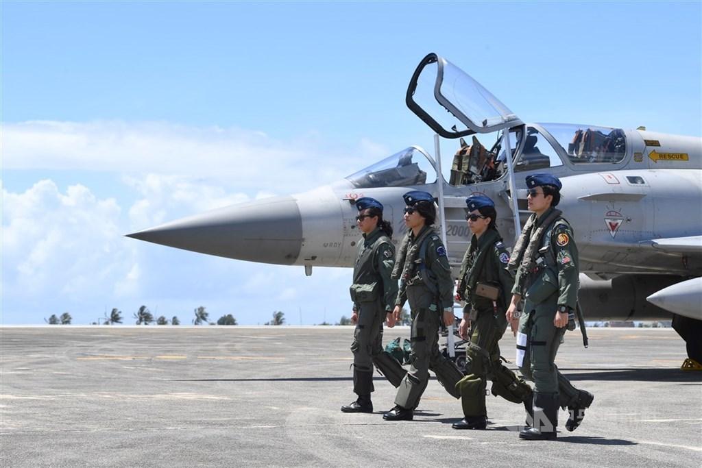對於共軍宣布將在台灣海峽南北兩端進行軍演,國防部13日表示,國軍有能力也有決心捍衛國家的自由民主與主權。圖為空軍台東基地3型主力戰機與首批女性飛行員。(中央社檔案照片)