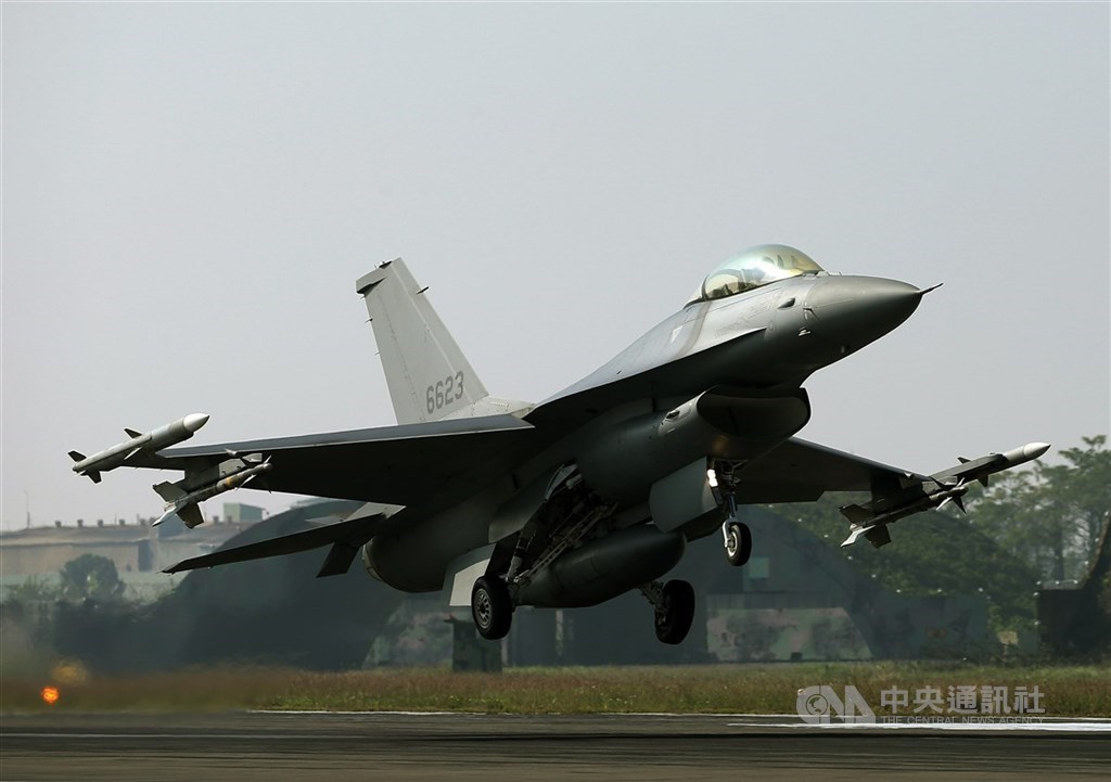 行政院會13日通過110年度中央政府總預算案,其中國防部編列新式戰機採購特別預算290億元。圖為F-16V戰機。(中央社檔案照片)