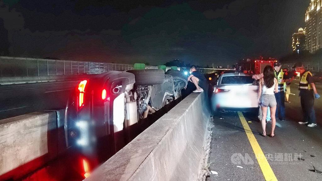 國道3號北上48公里新北樹林段13日晚間發生車禍,1人送醫,現場為2輛轎車與1輛休旅車撞擊,其中1輛轎車翻覆在分隔島內;研判是下班時間車流量大,未保持安全車距才釀禍。(翻攝畫面)中央社記者黃旭昇新北市傳真 109年8月13日