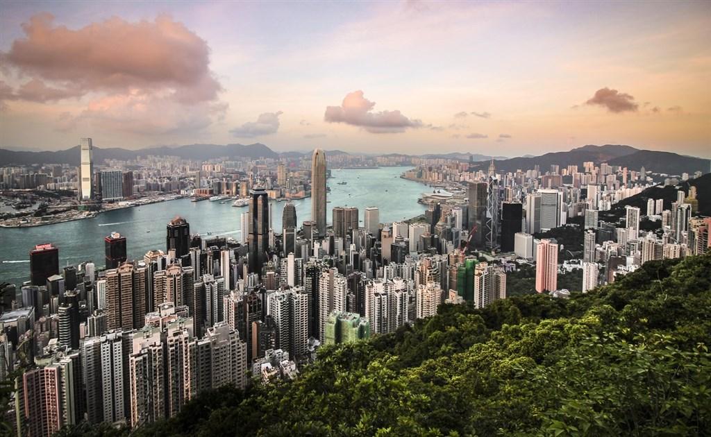 紐約時報一篇以「奢華豪宅、中共權貴的財富與香港的命運」為題的報導開頭便形容,作為中共第3號領導人的長女,栗潛心在香港「悄悄打造出一種橫跨這座城市金融菁英和中國政治隱密世界的生活」。圖為香港太平山天際線景觀。(圖取自Unsplash圖庫)