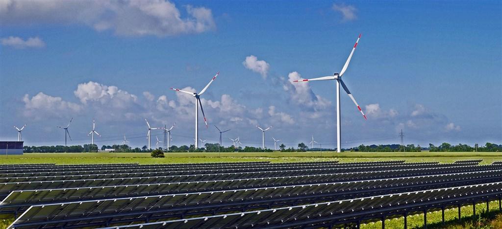 根據13日發表的分析報告,風力發電與太陽能板在2020年上半年創下全球電力10%的新高紀錄。(圖取自Pixabay圖庫)