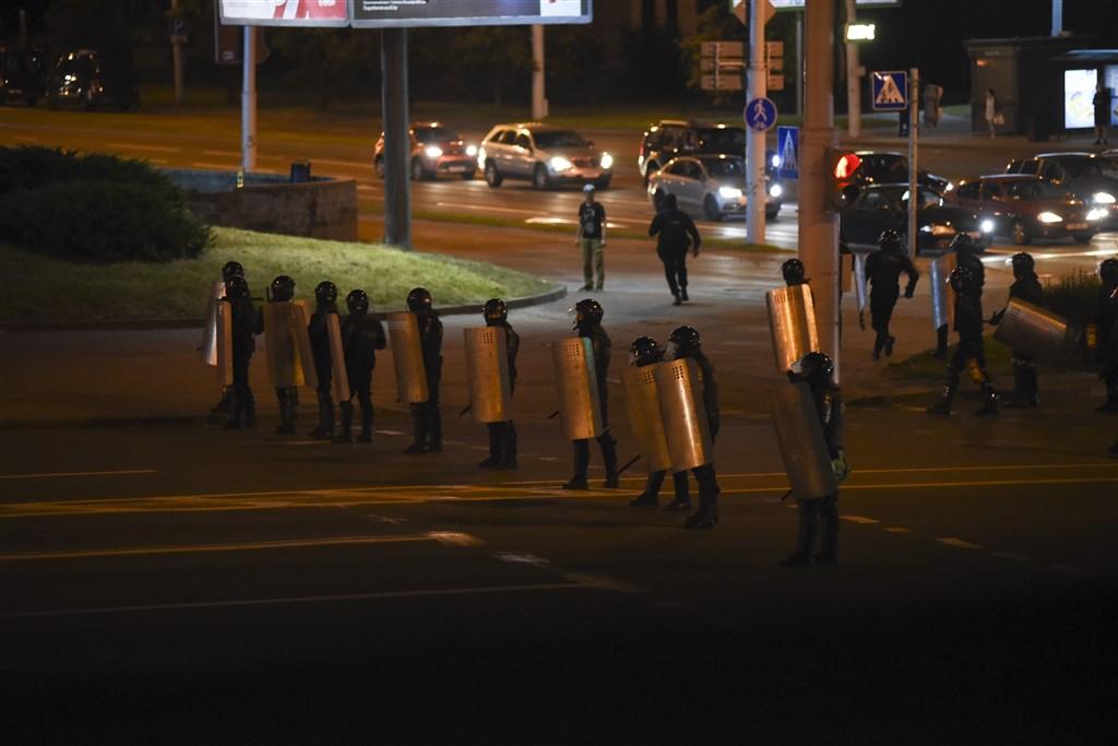 白俄羅斯強人總統魯卡申柯在9日的大選壓倒性勝選後,國內抗議不斷,11日安全部隊在街道上阻止示威者前進。(安納杜魯新聞社)