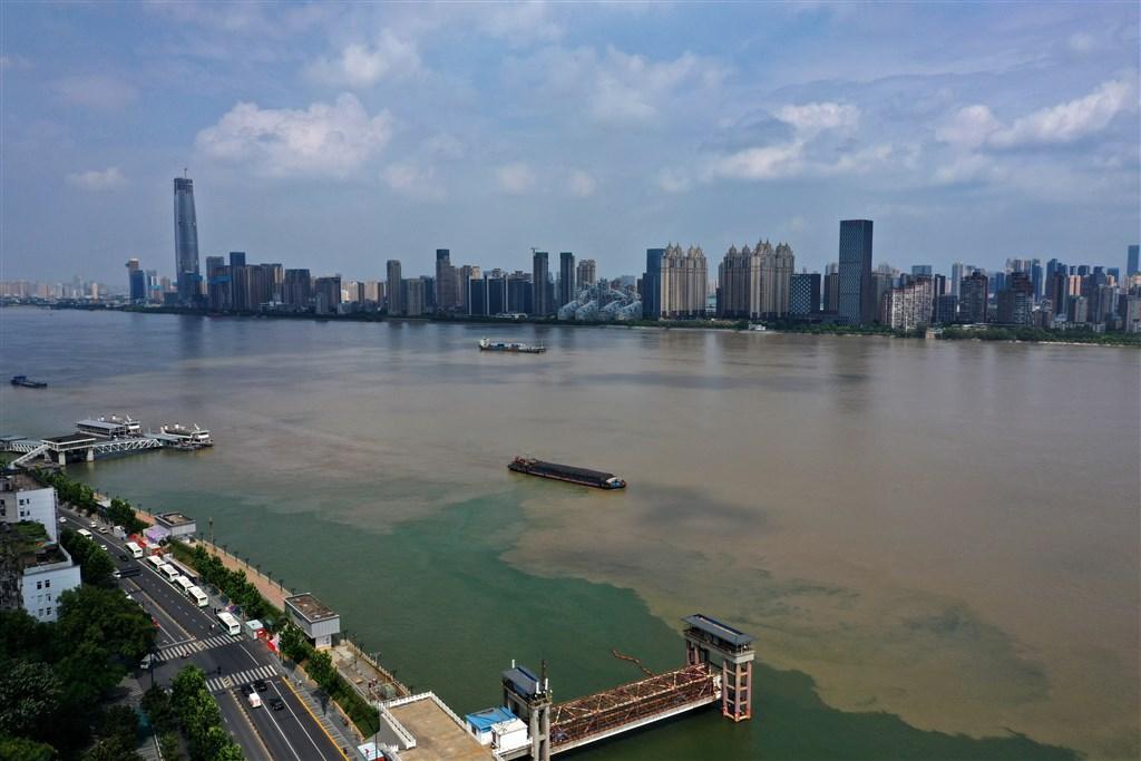 中國今年洪澇不斷,官方13日公布統計表示已有6346萬人次受災。圖為長江中游水位持續回落,長江水呈現濁黃色,而漢江碧波蕩漾,出現「涇渭分明」的水上景觀。(中新社)