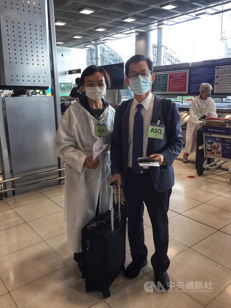 新任駐泰國代表李應元(右)13日偕太太抵達曼谷履新,入境後依照防疫規定入住指定防疫旅館隔離14天。(駐泰國代表處提供)中央社記者呂欣憓曼谷傳真 109年8月13日