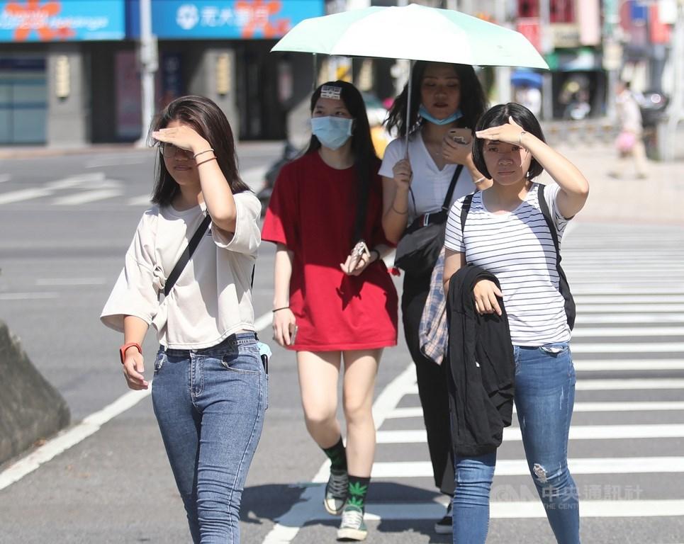 中央氣象局表示,13日受太平洋高壓影響,各地天氣穩定、大多為多雲到晴的天氣。中央社記者張新偉攝 109年8月6日