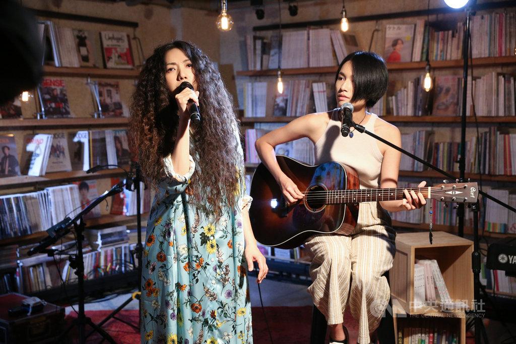 歌手萬芳(左)推出新歌「什麼將把你帶走」,邀請歌手詹森淮(右)合唱新歌。萬芳以減少表情的方式詮釋,希望凸顯藏在詩裡更深的情緒。(何樂音樂提供)中央社記者王心妤傳真  109年8月14日