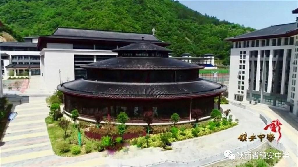 陝西鎮安縣是去年5月才摘帽的深度貧困縣,卻斥資人民幣7.1億元建一所仿唐式風格的豪華中學,引發外界爭議。(取自鎮安中學微信公眾號)中央社 109年8月14日
