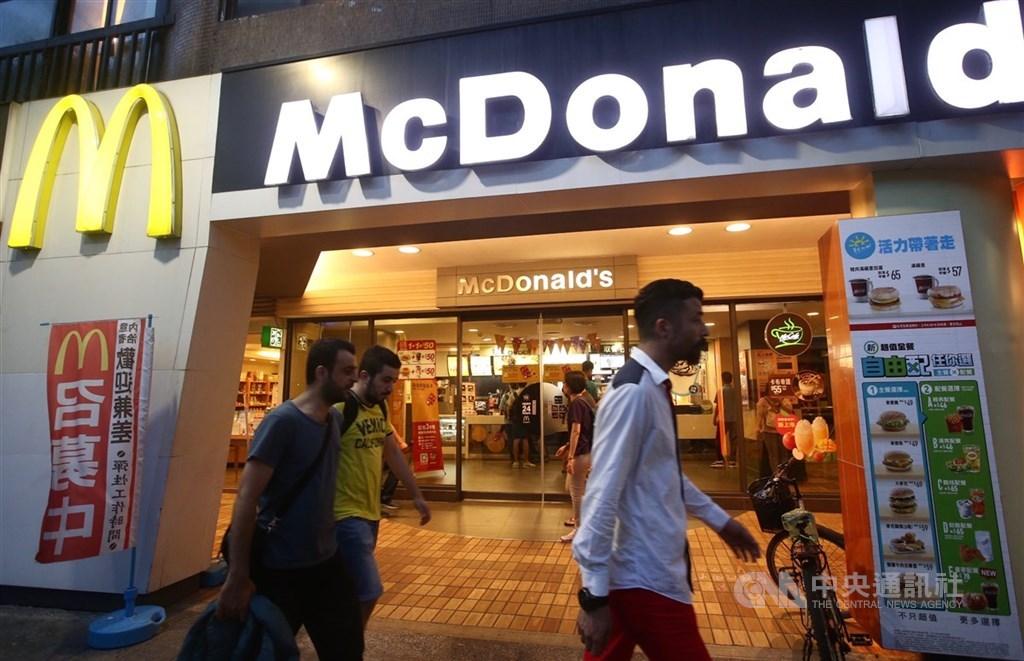 台灣麥當勞14日表示,26日起停售包含千島黃金蝦堡、安格斯黑牛堡等含7款產品。(中央社檔案照片)