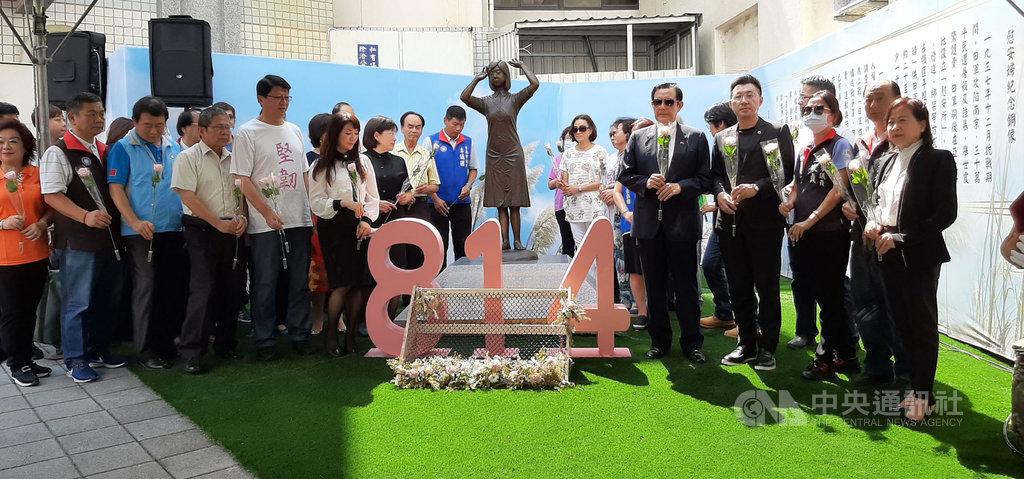 前總統馬英九(前右4)和中國國民黨主席江啟臣(前右3)14日連袂參加台南慰安婦銅像設置2週年紀念追思。中央社記者張榮祥台南攝  109年8月14日