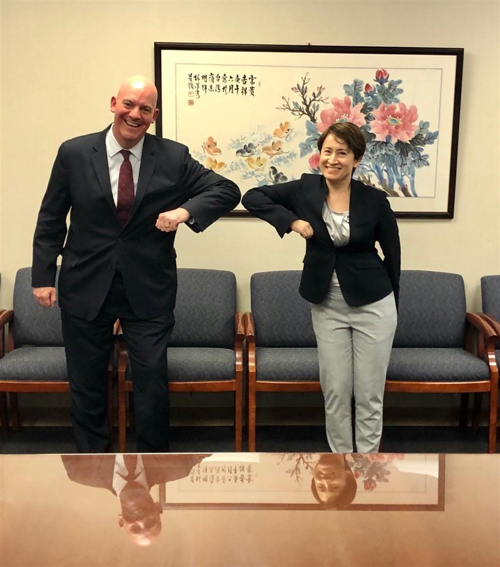 美國國務院政軍局助理國務卿古柏(左)13日公開與駐美代表蕭美琴(右)會面合照,並表示期盼雙方共同維繫區域和平穩定。(圖取自twitter.com/AsstSecPM)