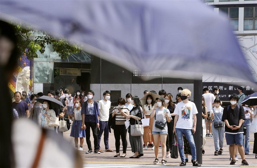 日本13日新增武漢肺炎確診1175例,死亡病例新增11人,累計病例達到5萬2595例。圖為東京街頭民眾戴口罩防疫。(共同社)