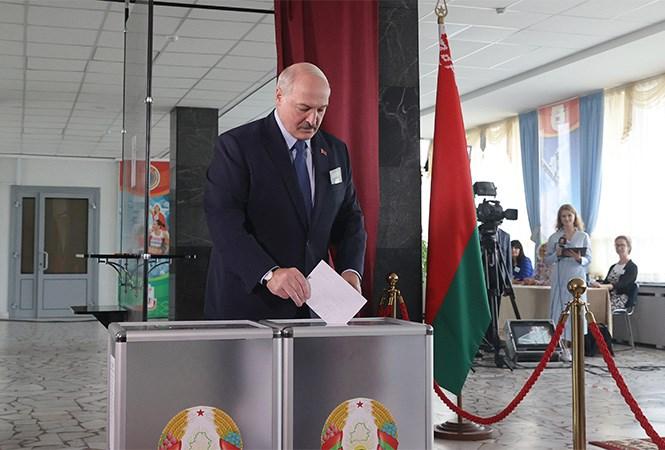 白俄羅斯執政將近30年的強人總統魯卡申柯(前)9日大選贏得第6任期,但反對派指控他靠舞弊連任,民眾上街抗議遭遇當局強硬鎮壓。(圖取自白俄羅斯總統官方網頁president.gov.by)