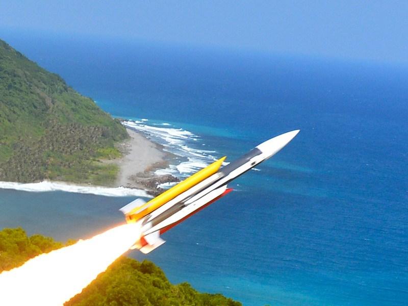 中科院近日將有4天在東部海域試射火砲,根據公告射程區域和彈道,軍事專家研判應該是雄風型系列飛彈。圖為2014年雄三飛彈試射畫面。(中科院提供)