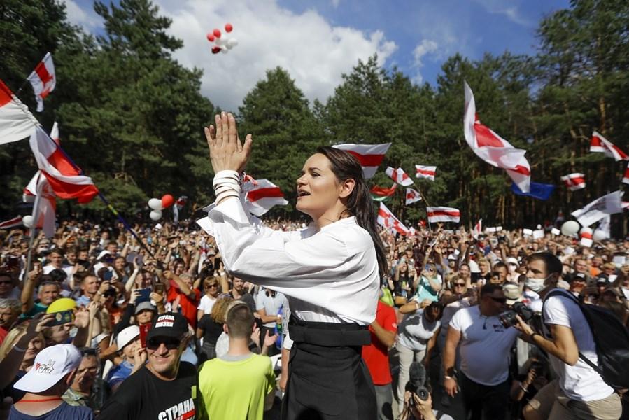 37歲的白俄羅斯反對派候選人季哈諾夫斯卡婭(前)在總統大選中,從沒沒無聞的政治素人搖身一變成為強人總統魯卡申柯最強勁的對手。(美聯社)