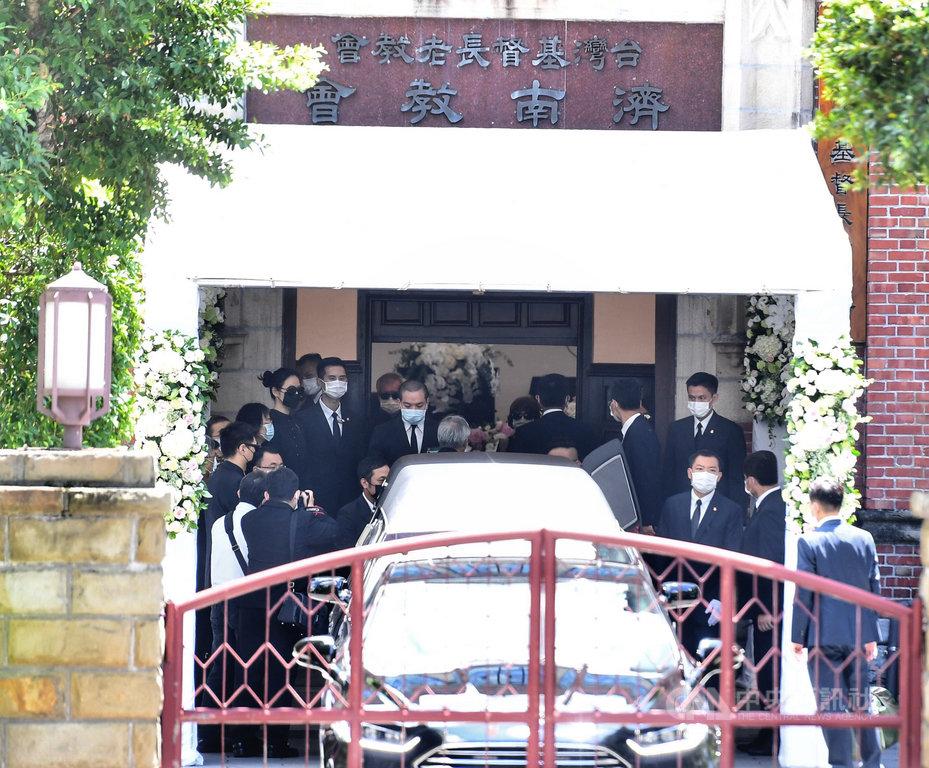 前總統李登輝入殮火化禮拜14日上午在濟南教會舉行後,李登輝靈柩移往靈車,家屬親友隨同在側。中央社記者王飛華攝 109年8月14日