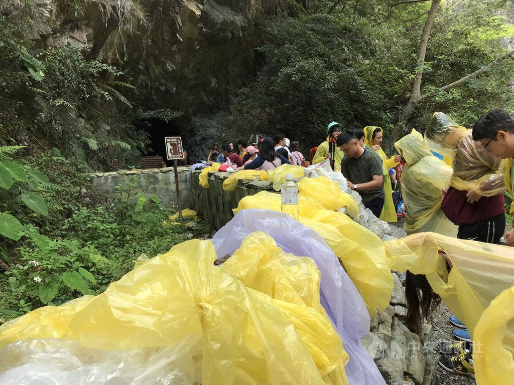 花蓮太魯閣國家公園景點水簾洞是熱門的避暑勝地,最近卻有遊客將雨衣直接丟棄在欄杆上,數量多得有如「雨衣曬衣場」。中央社記者張祈攝 109年8月15日