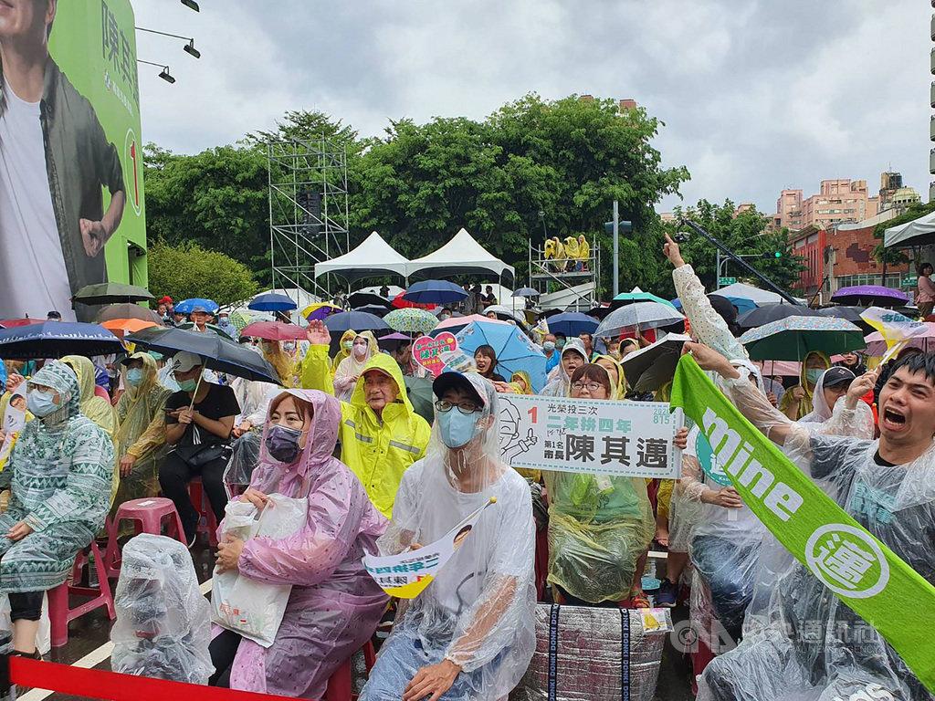 第3屆高雄市長補選15日投開票,儘管午後降雨,民進黨候選人陳其邁的競選總部外,熱情民眾穿起雨衣、撐起傘關注計票進度。中央社記者郭芷瑄攝 109年8月15日