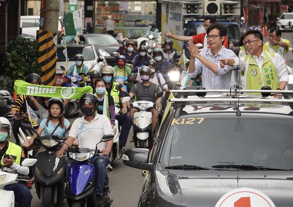 2005年陳其邁(車上右)代理市長時,曾許下個一夢,要成為民選高雄市長。沒想到這條路一走就是15年,總算在15日走完最後一哩路。圖為陳其邁13日在鳳山區展開車隊掃街,沿途獲群眾熱情支持。(中央社檔案照片)