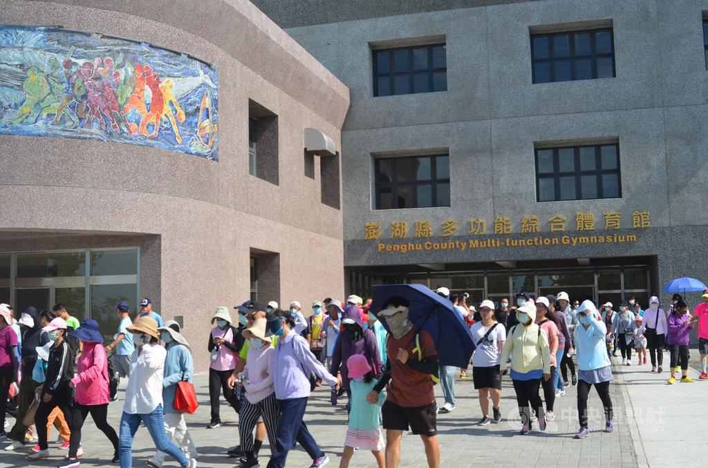 「運動i台灣」體育嘉年華會15日在新啟用的澎湖縣多功能綜合體育館舉行,湧進了近2000人,是啟用以來人數最多的一次。中央社 109年8月15日