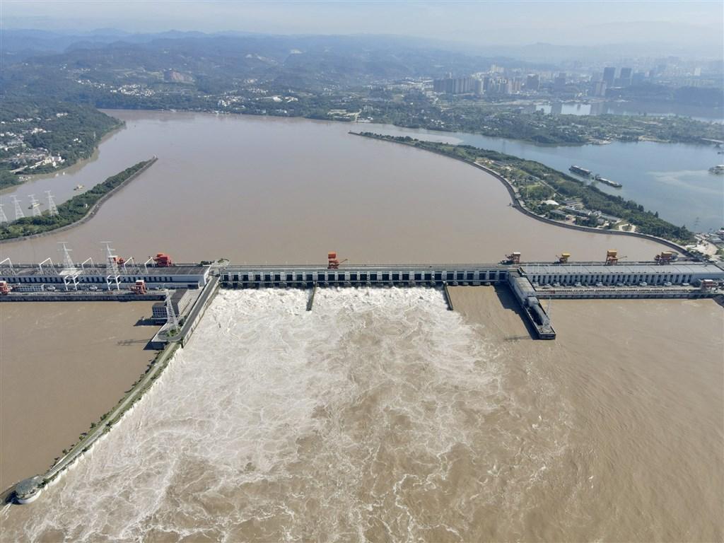 中國水利部長江水利委水文局即時監測數據顯示,三峽樞紐入庫流量15日上午8時達每秒6萬2000立方公尺,長江2020年第4號洪水正在通過三峽水庫。(中新社)