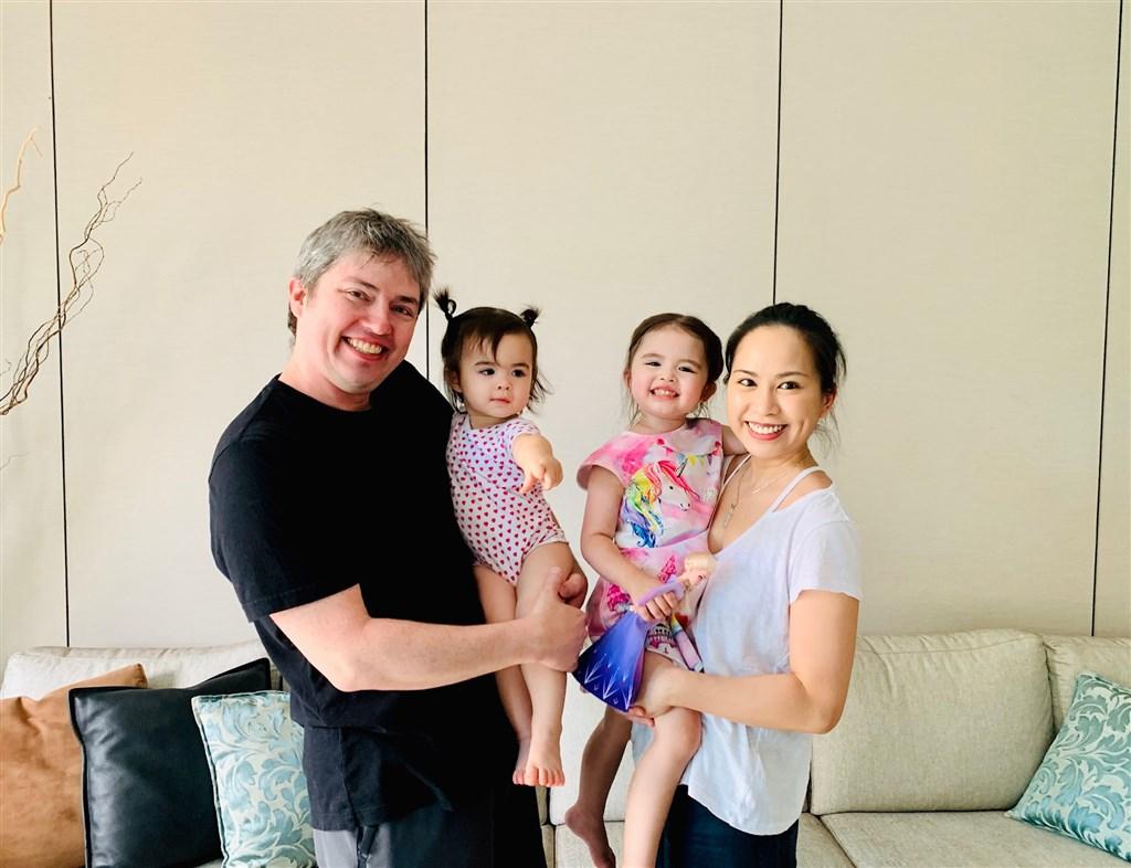 來自台灣的女醫師楊伊倫(右)與同樣是醫生的美籍夫婿維爾(左)為了參與抗疫,把兩個年幼的女兒送到新加坡給親人照顧,沒想到親子就此分離3個多月,7月5日下午一家人終於團圓。(楊明德提供)