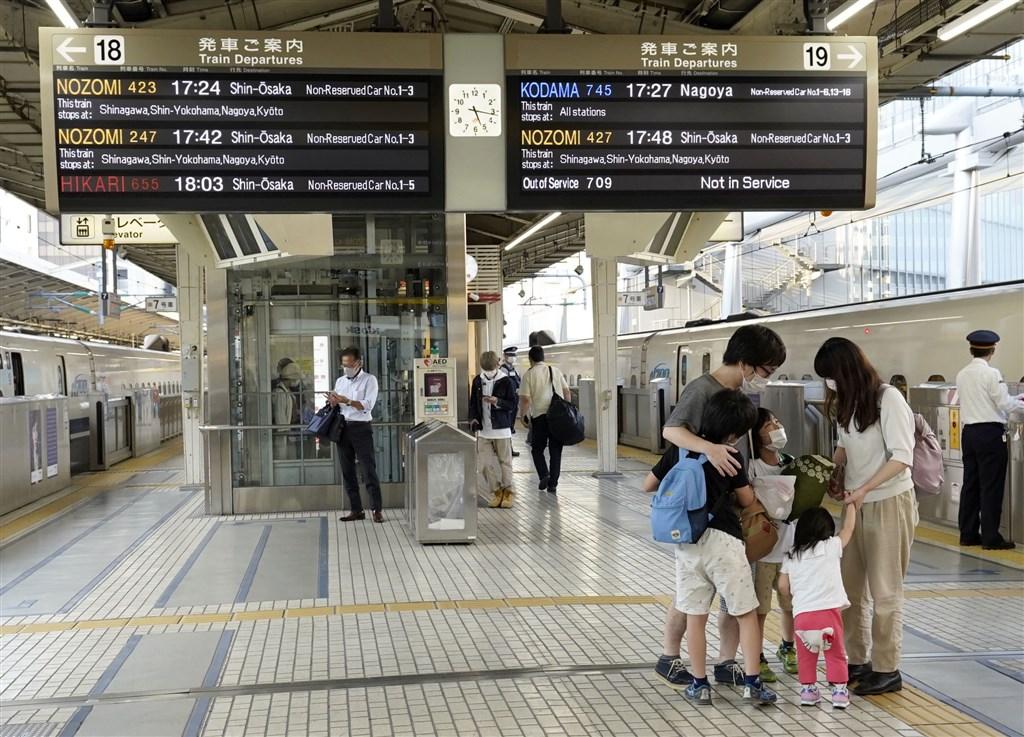 日本東京都15日單日新增385人確診染疫,疫情呈現往中高齡蔓延的趨勢。圖為15日東京車站新幹線月台受疫情影響旅客較以往少。(共同社)