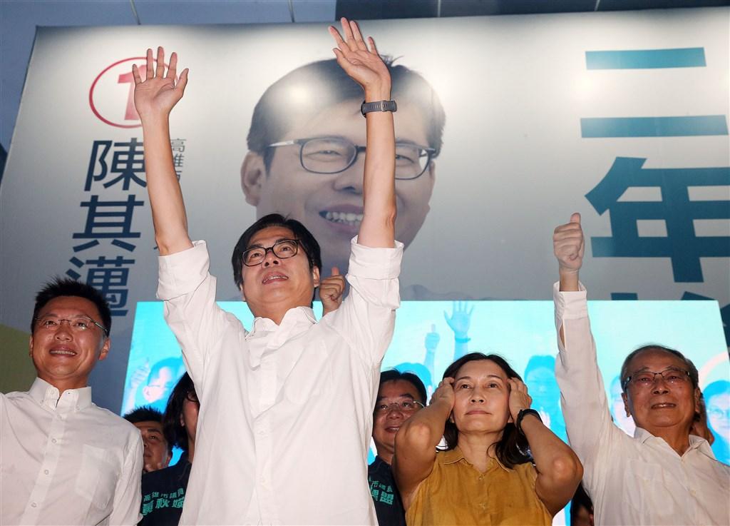 高雄市長補選15日投票,中選會表示,得票數最高的候選人為陳其邁(左2)。中央社記者郭日曉攝 109年8月15日