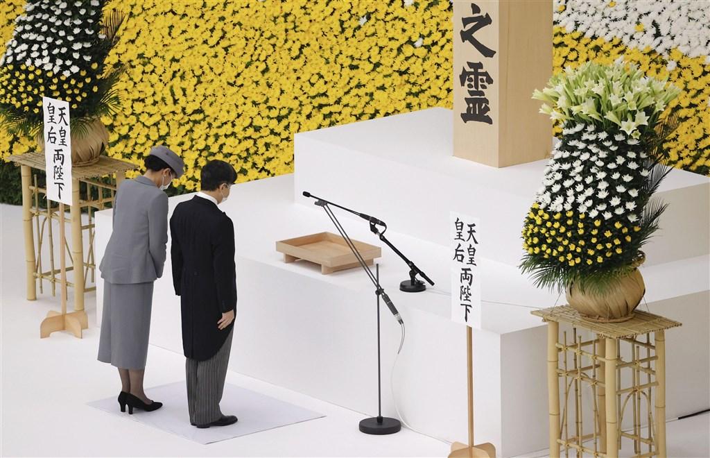 15日是第二次世界大戰結束75週年,日本政府在東京武道館舉行全國戰歿者追悼儀式,日皇德仁(右)與皇后雅子出席。(共同社)