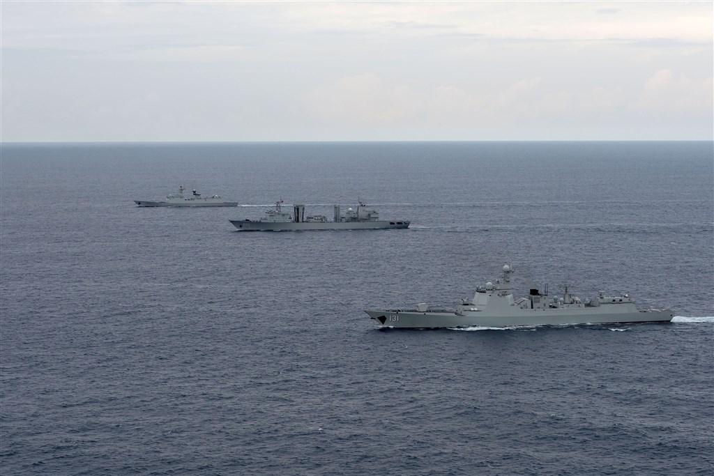 日本防衛大臣河野太郎表示,受到中國強化東海與南海的活動影響,「不得不說有極為重大的憂慮」。圖為共軍過去演訓情形。(中新社)