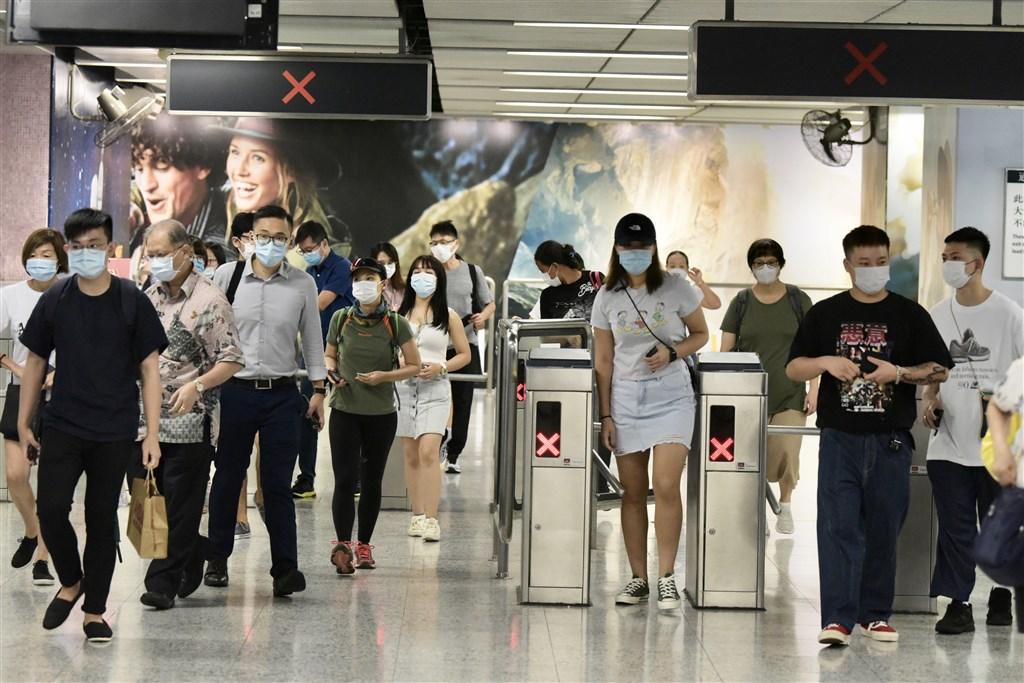 武漢肺炎疫情步入夏季後未如預期好轉,包括香港、日本、韓國的疫情都有逐步擴散之勢。圖為14日香港地鐵乘客戴口罩防疫。(中新社)