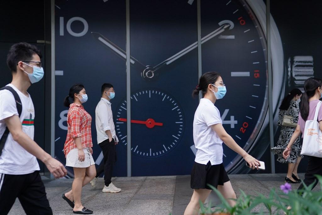 中國廣東省14日出現1例武漢肺炎本土病例,確診患者在深圳市一家盒馬鮮生超市工作,並有員工遭感染,深圳21家盒馬超市已暫停營業。圖為深圳民眾戴口罩上街。(中新社)