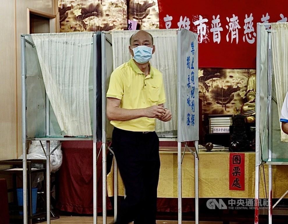 第3屆高雄市長補選投票日,前高雄市長韓國瑜戶籍仍在高雄市林園區,15日下午他現身林園區普願寺投票。中央社記者董俊志攝 109年8月15日