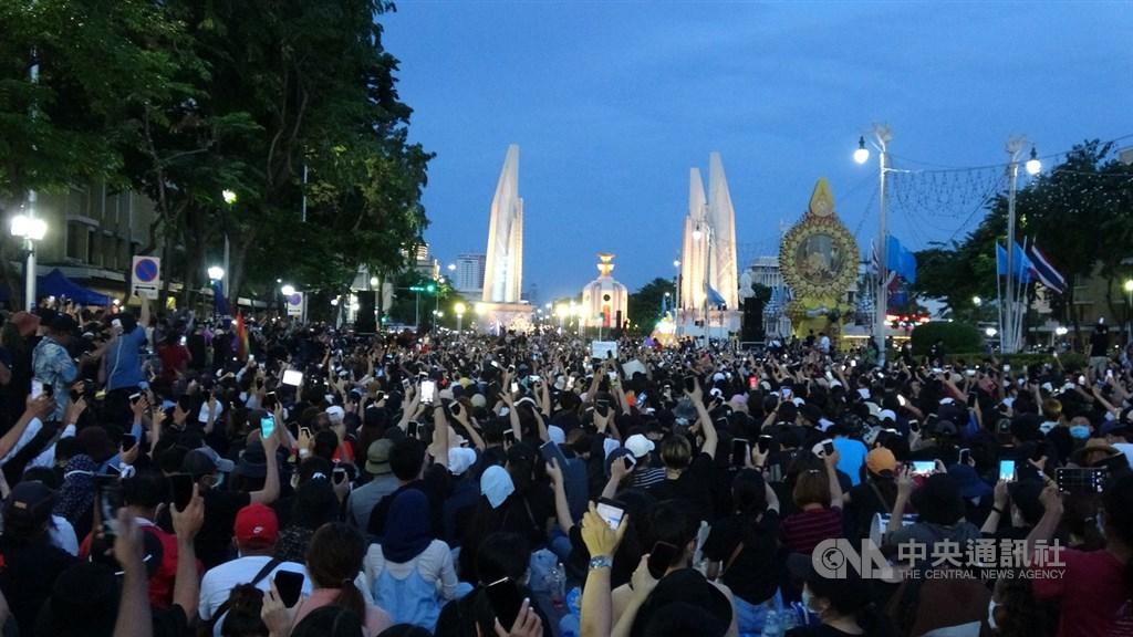 泰國上萬名抗議人士16日晚間聚集在民主紀念碑前,呼籲解散國會和修憲。這是泰國延續近一個月學潮以來人數最多的一次集會。中央社記者呂欣憓曼谷攝 109年8月16日