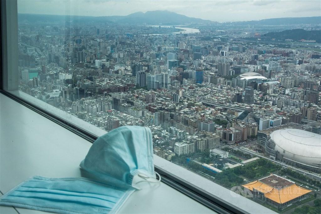 在紡織所、台灣康匠及權和機械的努力下,台灣口罩國家隊催生透明口罩,預估2021年進入量產。圖為一般醫用口罩。(中央社檔案照片)