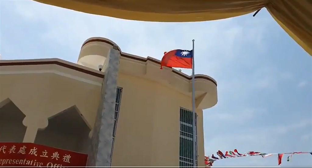 台灣駐索馬利蘭代表處當地時間17日早上在索國首都哈爾格薩正式成立,典禮上升起中華民國(台灣)和索馬利蘭國旗,雙方並簽署技術合作相關協議。(圖取自twitter.com/HornDiplomat)