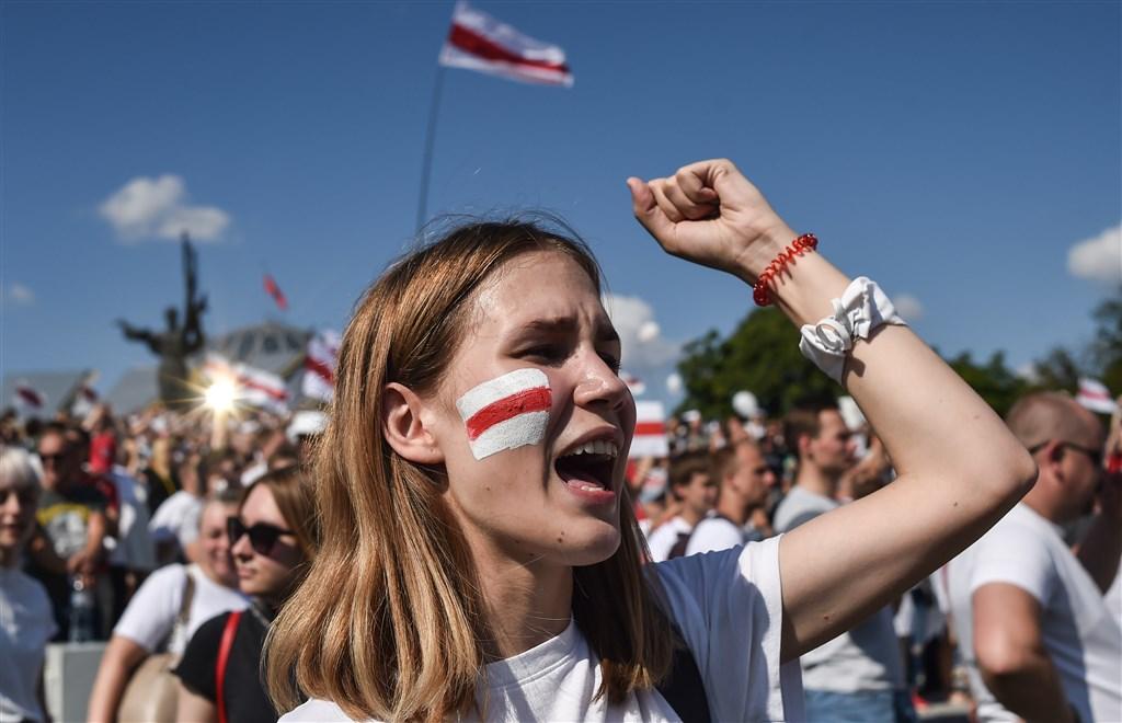 白俄羅斯反對派支持者指控掌權已26年的魯卡申柯靠舞弊贏得總統大選,16日走上街頭抗議。(法新社)