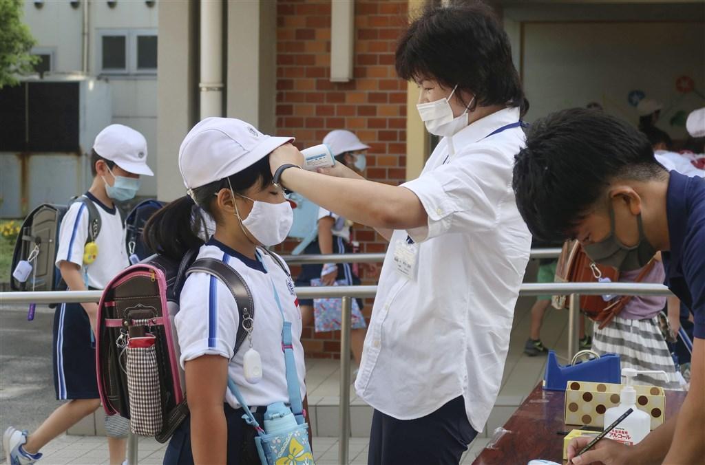 日本16日新增1020例武漢肺炎確診病例,連續4天單日新增確診超過千人。圖為17日日本小學生開學。(共同社)
